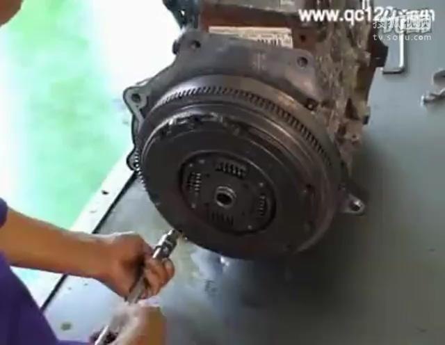 西安万通汽修学校-汽车离合器拆卸与检修11