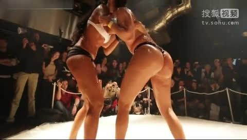 我在搜狐视频上传《比基尼美女抹油摔跤